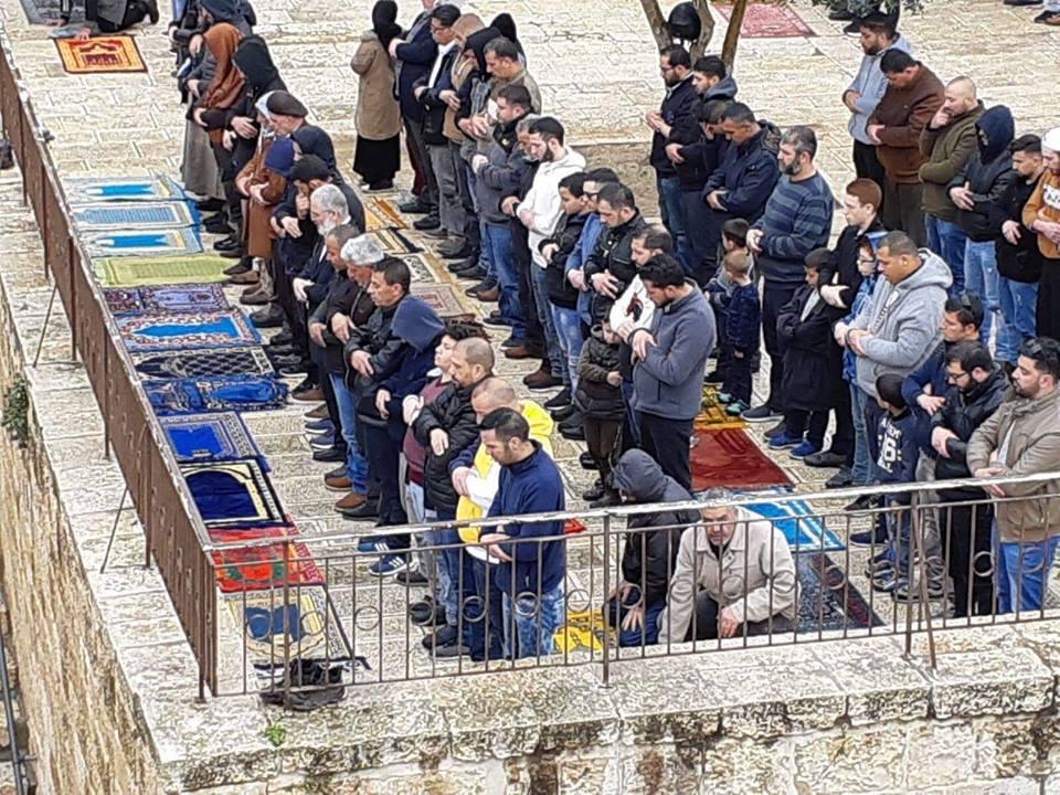 Des centaines de palestiniens effectuent la prière hebdomadaire du vendredi au complexe de la mosquée Al-Aqsa à Jérusalem occupée