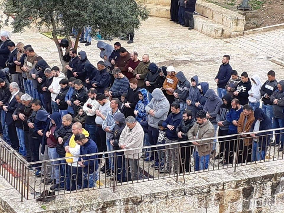 Des centaines de palestiniens effectuent la prière hebdomadaire du vendredi au complexe de la mosquée Al-Aqsa à Jérusalem occupée1