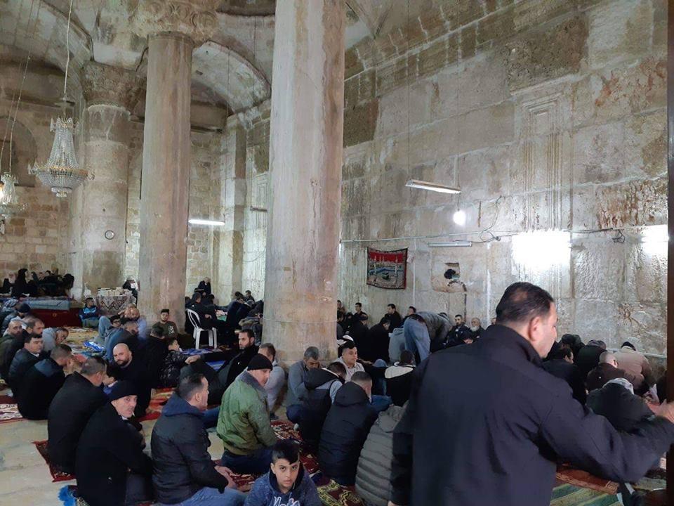 Des centaines de palestiniens effectuent la prière hebdomadaire du vendredi au complexe de la mosquée Al-Aqsa à Jérusalem occupée2