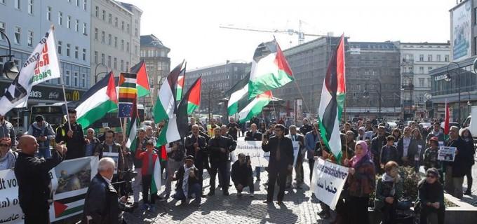 Les militants pro-Palestine se sont réunis hier à Berlin, en Allemagne, en solidarité avec les palestiniens qui commémorent le premier anniversaire de la Grande Marche du Retour.