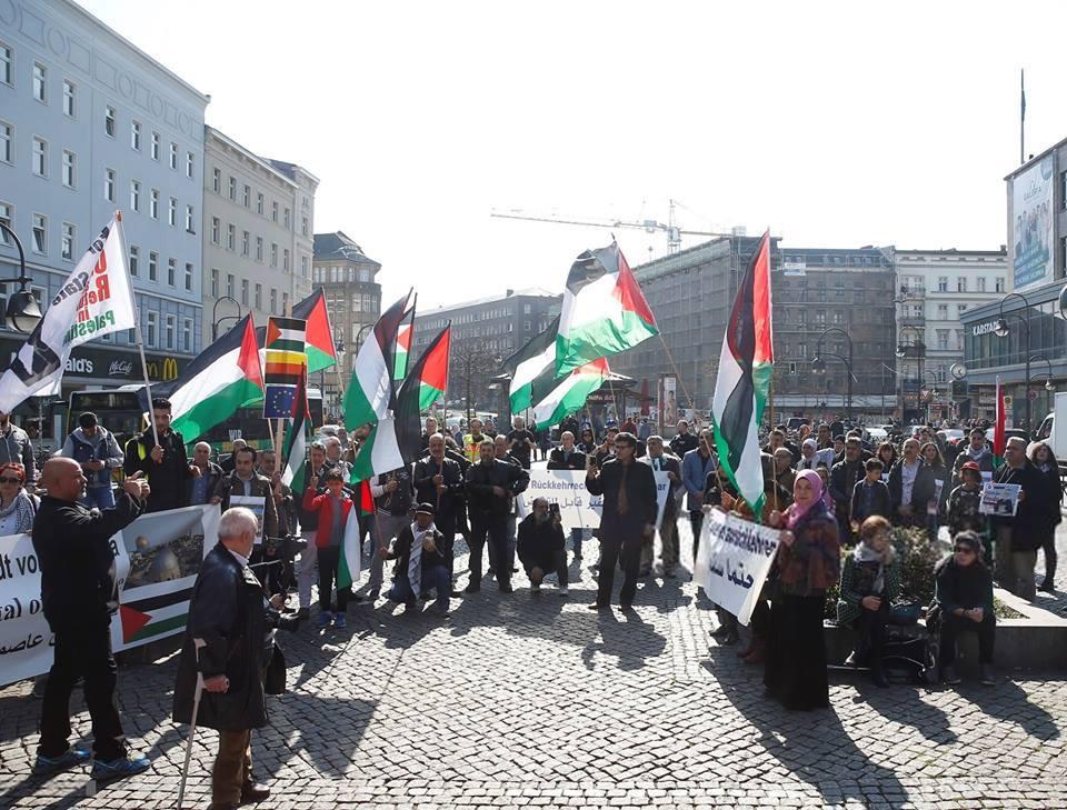 Les militants pro-Palestine se sont réunis hier à Berlin, en Allemagne, en solidarité avec les palestiniens qui commémorent le premier anniversaire de la Grande Marche du Retour.1