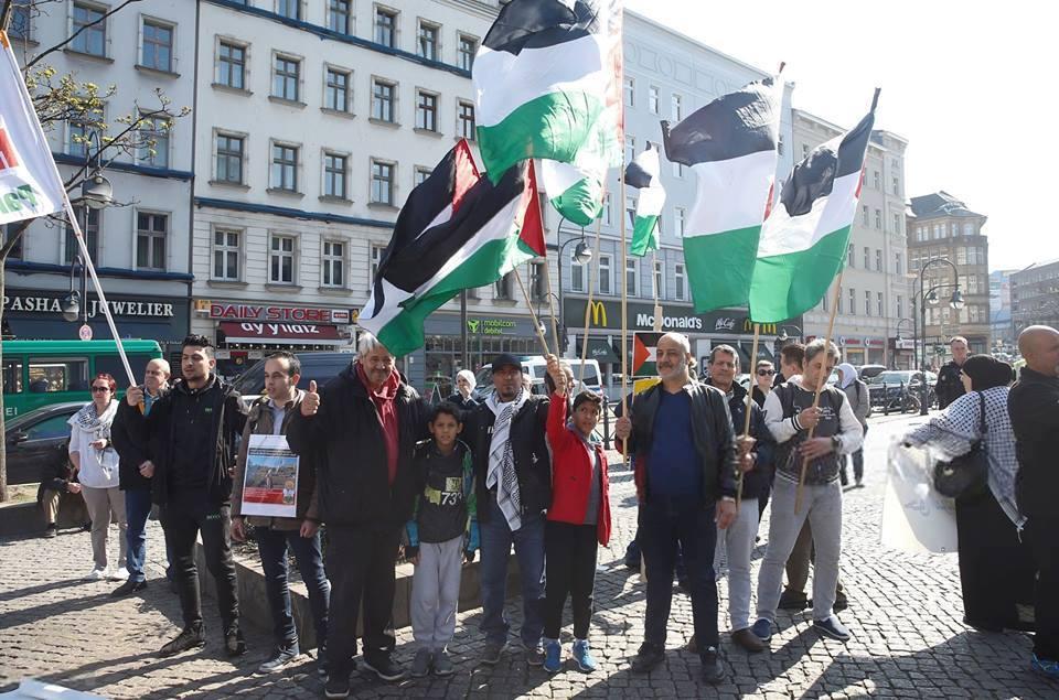 Les militants pro-Palestine se sont réunis hier à Berlin, en Allemagne, en solidarité avec les palestiniens qui commémorent le premier anniversaire de la Grande Marche du Retour.2