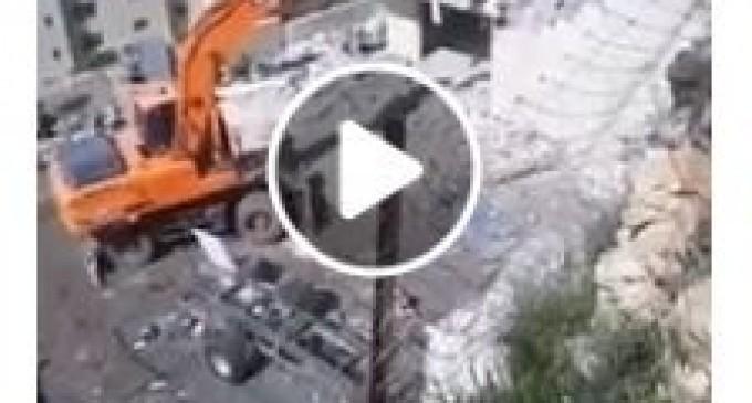 Vidéo d'un résident palestinien qui démolit sa propre maison après qu'il ait été forcé de le faire par les autorités israéliennes