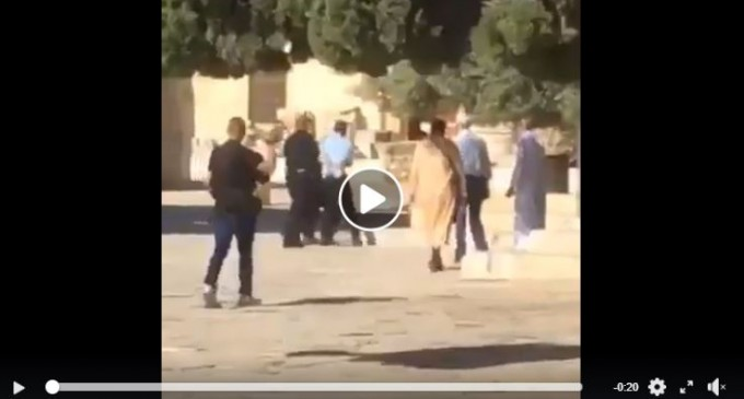 Des colons juifs extrémistes et des officiers de police attaquent la mosquée Sainte Al-Aqsa dans Jérusalem occupée, aujourd'hui.