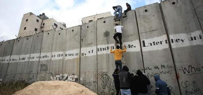 Les jeunes palestiniens doivent escalader le mur d'apartheid israélien qui sépare la Cisjordanie occupée et Jérusalem-Est afin d'avoir une chance d'entrer dans la ville sainte au mois béni de Ramadan