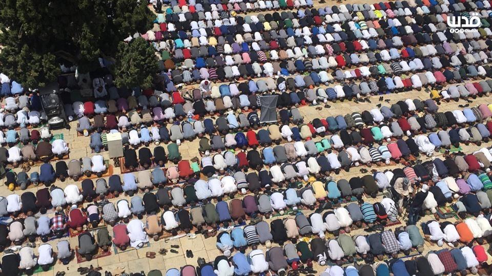 Malgré les restrictions israéliennes, des milliers de fidèles musulmans ont effectué la 2èmz prière du vendredi du mois sacré de Ramadan dans la mosquée Al-Aqsa à Jérusalem occupée. 3