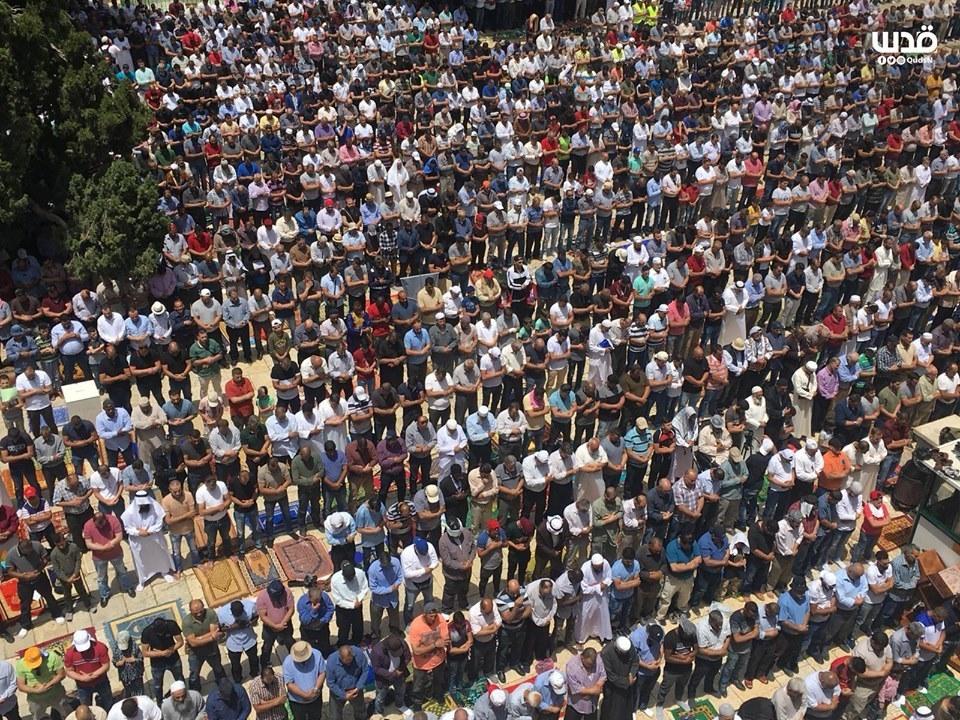 Malgré les restrictions israéliennes, des milliers de fidèles musulmans ont effectué la 2èmz prière du vendredi du mois sacré de Ramadan dans la mosquée Al-Aqsa à Jérusalem occupée.1