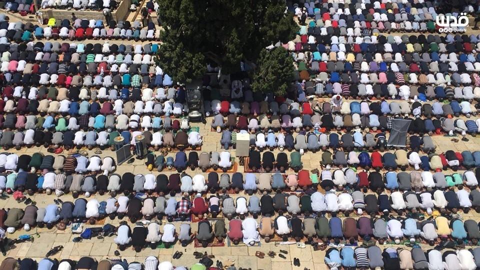 Malgré les restrictions israéliennes, des milliers de fidèles musulmans ont effectué la 2èmz prière du vendredi du mois sacré de Ramadan dans la mosquée Al-Aqsa à Jérusalem occupée.2