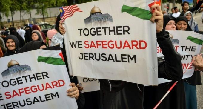 Des manifestations devant le siège de l'ambassade américaine dans la capitale malaisienne Kuala Lumpur.. pour célébrer la Journée Mondiale d'Al Qods