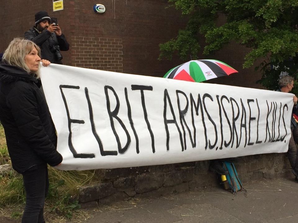 Un groupe d'activistes du Royaume-Uni a occupé le dimanche le toit de l'usine d'armement israélienne, elbit-Ferranti, dans le centre d'Oldham.
