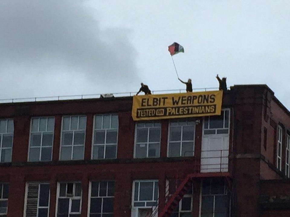 Un groupe d'activistes du Royaume-Uni a occupé le dimanche le toit de l'usine d'armement israélienne, elbit-Ferranti, dans le centre d'Oldham.2
