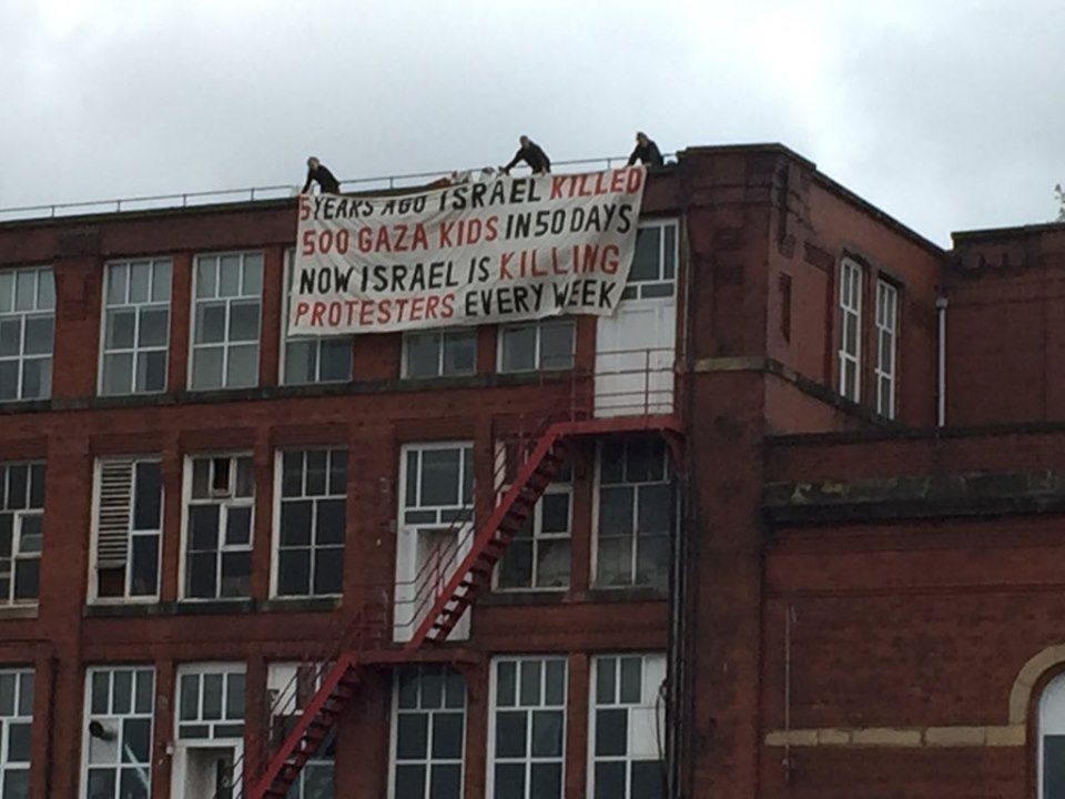 Un groupe d'activistes du Royaume-Uni a occupé le dimanche le toit de l'usine d'armement israélienne, elbit-Ferranti, dans le centre d'Oldham.3