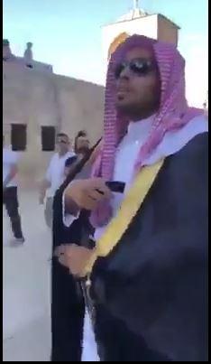 Voici comment les jeunes palestiniens de Masjid Al Aqsa ont accueilli le blogueur saoudien Muhammad al-Saud, qui a appelé à la normalisation des relations avec Israël
