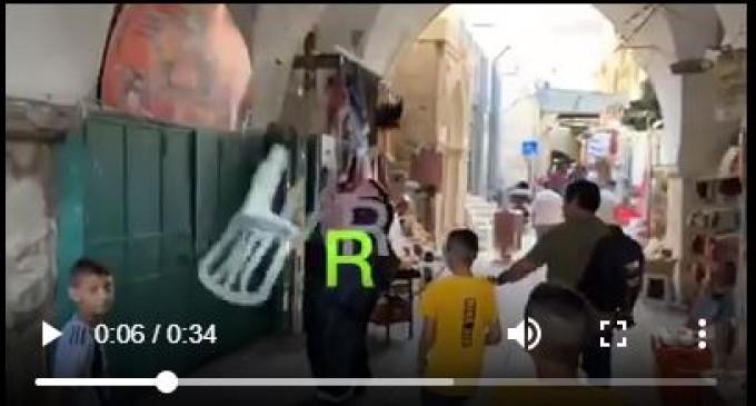 Vidéo 2 (suite) | Voici comment les jeunes palestiniens de Masjid Al Aqsa ont accueilli le blogueur saoudien Muhammad al-Saud, qui a appelé à la normalisation des relations avec Israël