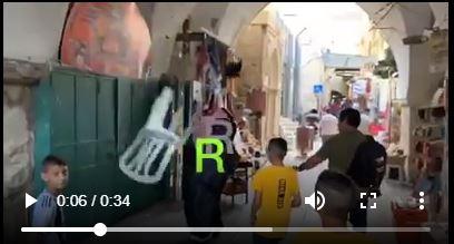 Voici comment les jeunes palestiniens de Masjid Al Aqsa ont accueilli le blogueur saoudien Muhammad al-Saud, qui a appelé à la normalisation des relations avec Israël2