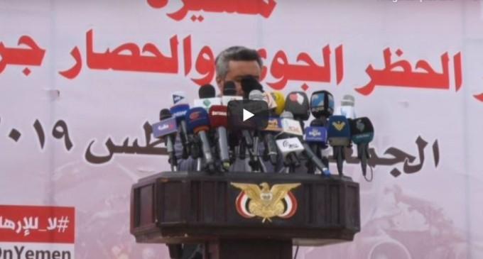 Les Yéménites marchent devant l'aéroport de Sanaa pour dénoncer l'embargo toléré par la «communauté internationale»..