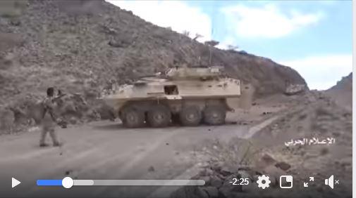 Un brave combattant de yéménite armé d'un fusil capture un véhicule militaire saoudien