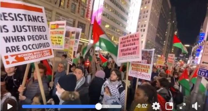 Les New-Yorkais se sont déplacés à Times Square hier pour montrer leur solidarité avec Gaza à la suite de la récente attaque israélienne.