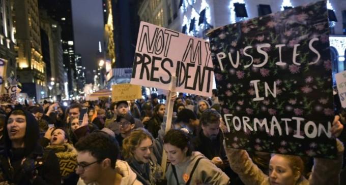 Un grand nombre de militants anti-guerre ont organisé une manifestation à Times Square à New York, exigeant la fin des actions militaires américaines au Moyen-Orient.