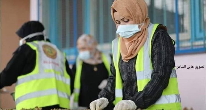 Des femmes volontaires de Rafah (sud de la bande de Gaza) préparent des colis alimentaires pour les familles necessiteuses et celles qui sont devenus pauvres à la suite de la crise en cours du Coronavirus