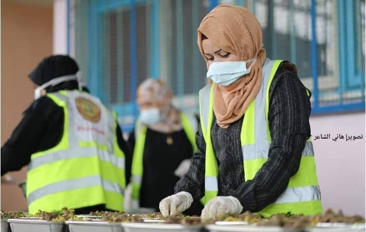 Des femmes volontaires de Rafah (sud de la bande de Gaza) préparent des colis alimentaires