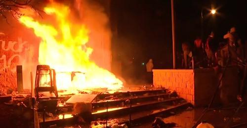 Émeutes et incendie de plusieurs commissariats au USA sur fond de tensions raciales..