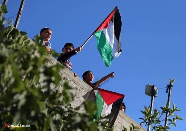 Les familles de la bande de Gaza brandissent le drapeau palestinien sur le toit de leurs maisons, en signe de rejet des tentatives de certains pays arabes de normaliser avec Israël