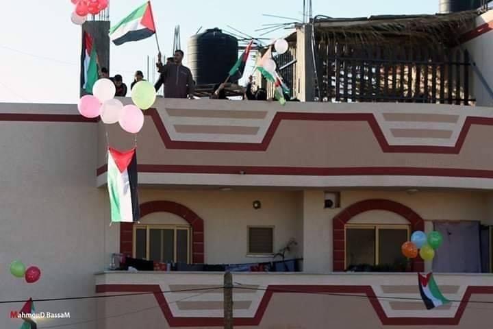 Les familles de la bande de Gaza brandissent le drapeau palestinien sur le toit de leurs maisons, en signe de rejet des tentatives de certains pays arabes de normaliser avec Israël2