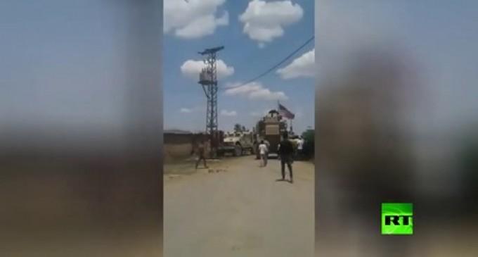 VIDÉO : Des villageois syriens et des militaires américains s'affrontent à Qamishli, le drapeau américain incendié
