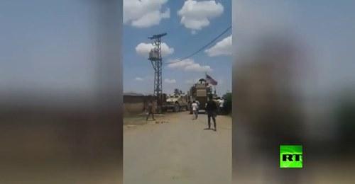 Des villageois syriens et des militaires américains s'affrontent à Qamishli, le drapeau américain incendié