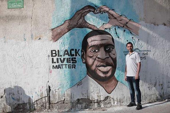 Une fresque de George Floyd a récemment été peinte par le peintre palestinien Ayman Alhossary sur la rue Al-Thawra 1