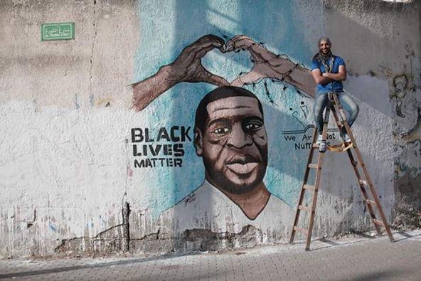Une fresque de George Floyd a récemment été peinte par le peintre palestinien Ayman Alhossary sur la rue Al-Thawra 2