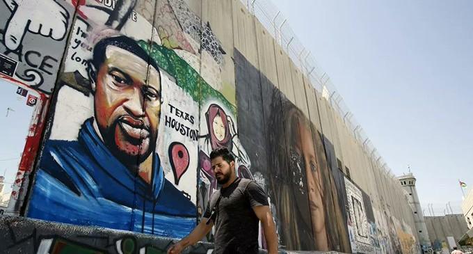 L'Image du jour : un portrait mural du citoyen américain George Floyd, abattu par un policier américain, sur le mur israélien de séparation raciste dans la ville de Beit Lahm – Béthléem