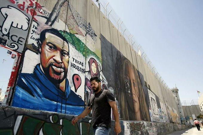 un portrait mural du citoyen américain George Floyd, abattu par un policier américain, sur le mur israélien de séparation raciste dans la ville de Beit Lahm - Béthléem