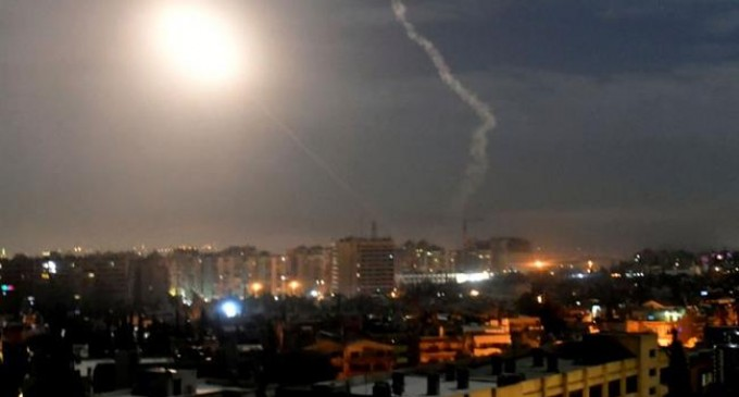 Les défenses aériennes syriennes interceptent des avions inconnus au-dessus de Hama