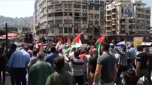 Des centaines de Palestiniens manifestent aujourd'hui dans la ville de Naplouse, au nord de la Cisjordanie occupée, contre l'accord de normalisation Bahreïn-Israël parrainé par les US