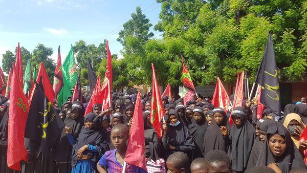 La police nigériane attaque les personnes commémorant le martyr de l'Imam Hussein (AS)