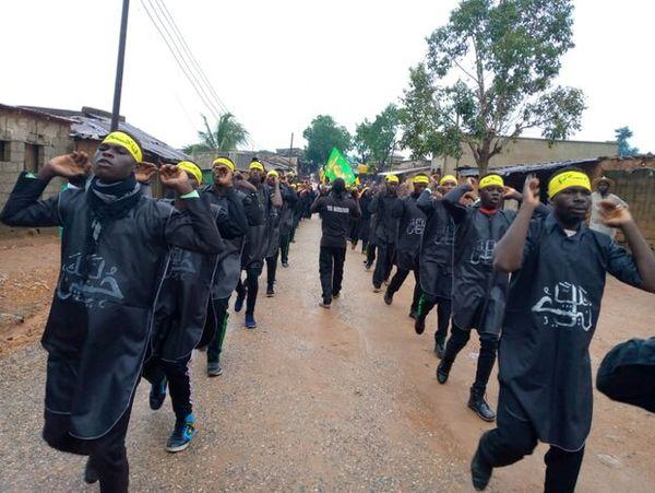 La police nigériane attaque les personnes commémorant le martyr de l'Imam Hussein (AS)1