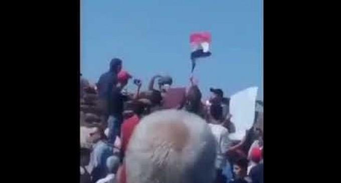 VIDEO : Des Syriens assiègent un poste militaire turc pour exiger le retrait de Syrie