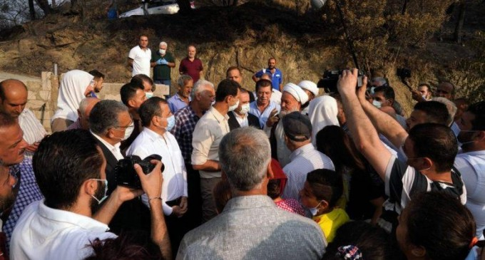 Le président syrien se rend dans les zones dévastées par les incendies de forêt et rencontre les habitants