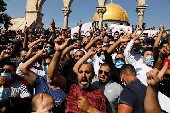 Des milliers de Palestiniens ont manifestés ce vendredi à la mosquée Al Aqsa, pour protester contre les propos du président Macron sur l'islam et les caricatures du Noble Prophète (P)