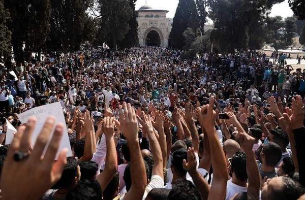 Des milliers de Palestiniens ont manifestés ce vendredi à la mosquée Al Aqsa, pour protester contre les propos du président Macron sur l'islam et les caricatures du Noble Prophète (P)1