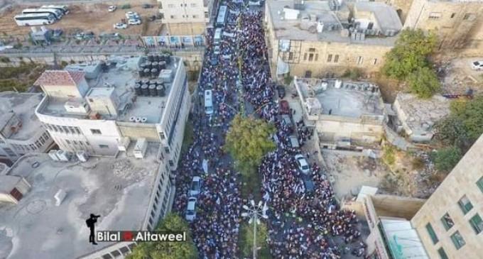 Des milliers de Palestiniens participent à un rassemblement à Al Khalil, au sud de la Cisjordanie occupée, en protestation contre les commentaires du président français Emmanuel Macron sur l'islam et le prophète Mohammad (P)