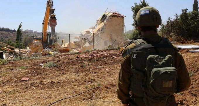 L'occupation israélienne démolit une mosquée à Hébron en Cisjordanie occupée