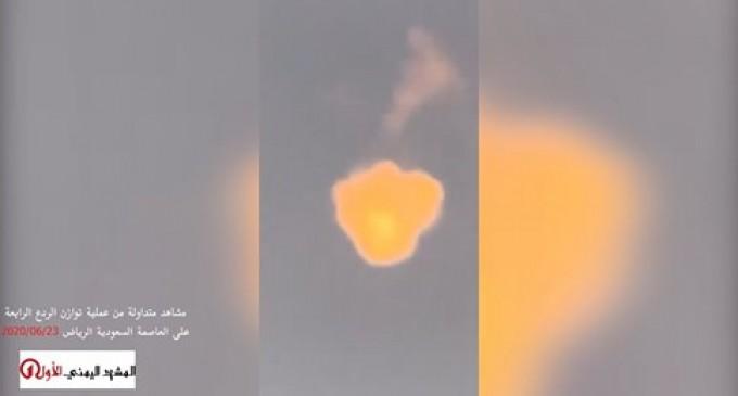 """VIDEO : Scènes de la dernière attaque yéménite contre Riyadh baptisée """"équilibre de la dissuasion 4"""" en riposte aux agressions de la coalition saoudienne contre le Yémen"""