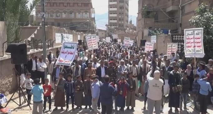 Les Yéménites descendent dans la rue pour dénoncer les frappes et les crimes saoudiens