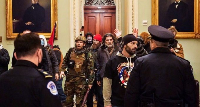 Des émeutiers pro-Trump prennent d'assaut le Capitole