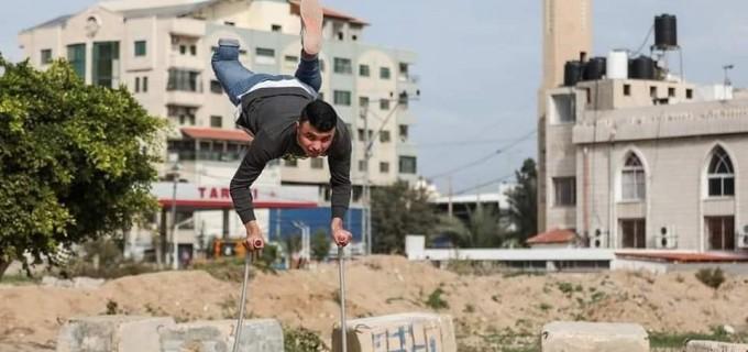 Bien qu'il ait été amputé par l'occupation israélienne, la jeunesse palestinienne Mohammed Aleiwa s'entraîne avec une jambe. Il est le parfait exemple de la jeunesse palestinienne énergique et déterminée.