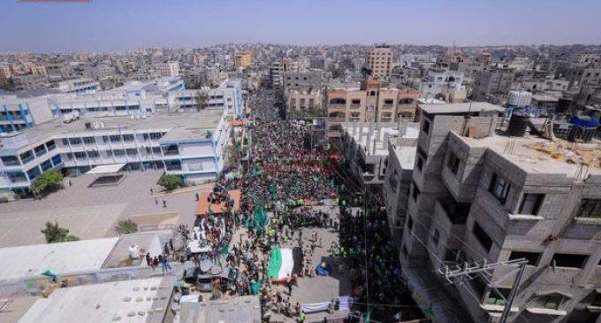 Des milliers de Palestiniens manifestent dans la bande de Gaza pour protester contre la décision du leader de l'Autorité palestinienne, Mahmoud Abbas, de bloquer aujourd'hui les élections législatives et présidentielles en retard.