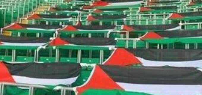 Les fans écossais du Celtic FC couvrent les tribunes de drapeaux palestiniens en solidarité avec la lutte palestinienne pour la liberté et la dignité.